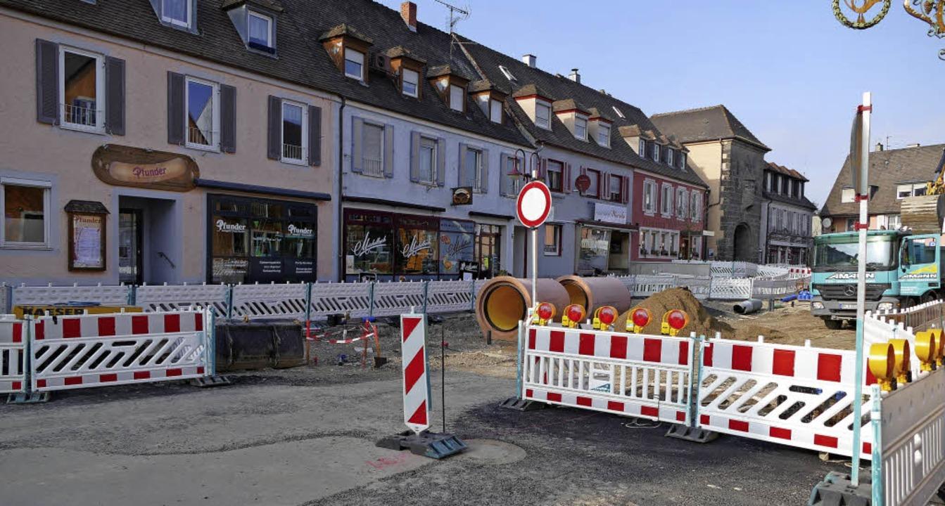 Seit die Innenstadtsanierung am Gutges...ie Inhaber klagen über Umsatzeinbußen.  | Foto: Agnes Pohrt