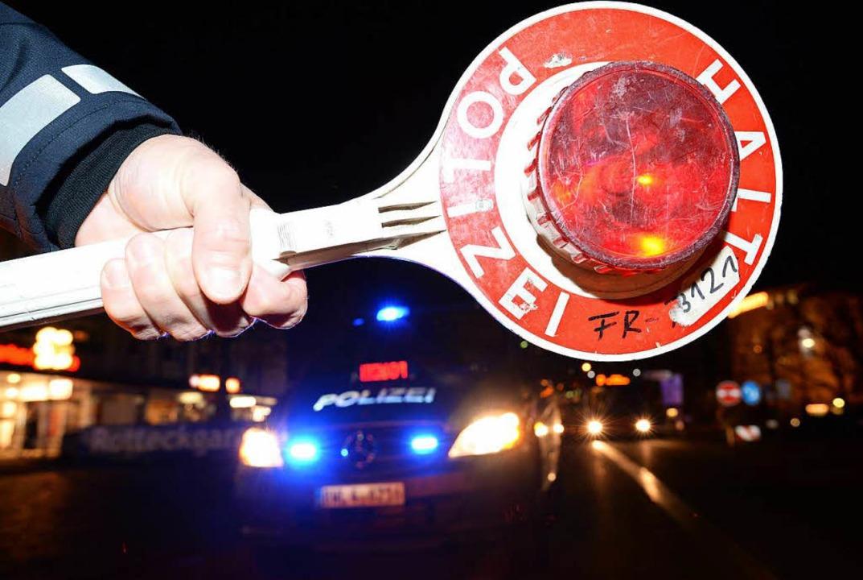 Bei einer Verkehrskontrolle nahm in de.... Die Polizei holte den Mann aber ein.  | Foto: Verwendung weltweit, usage worldwide