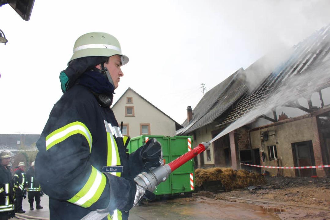 In Hüsingen ist in der Nacht zum Sonntag ein Stall in Brand geraten.  | Foto: Martin Klabund