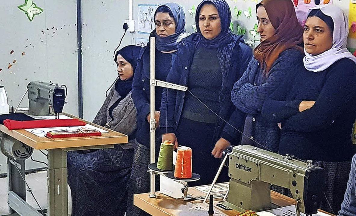 Ein Teil der Projektteilnehmerinnen bei der Eröffnung eines der Nähateliers   | Foto: privat