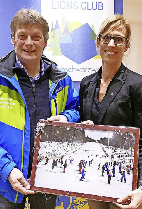 1000 Euro und ein Foto als  Extrapreis...s-Präsidentin Birgit Hermann entgegen.  | Foto: Peter Stellmach