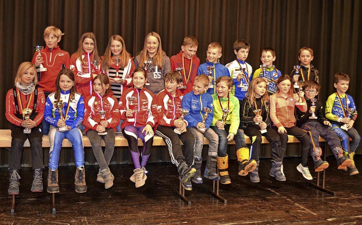 Stolze Sieger: Nach dem Langlauf-Bezir...sklassen U 8 bis U 11 dem Fotografen.   | Foto: junkel