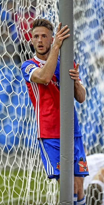 Auf der Suche nach dem Ball: Ricky van...sel weit über das Tor geschossen hat.   | Foto: Archivfoto: Gerd Gründl