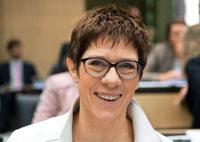 Merkel will Kramp-Karrenbauer als neue Generalsekretärin