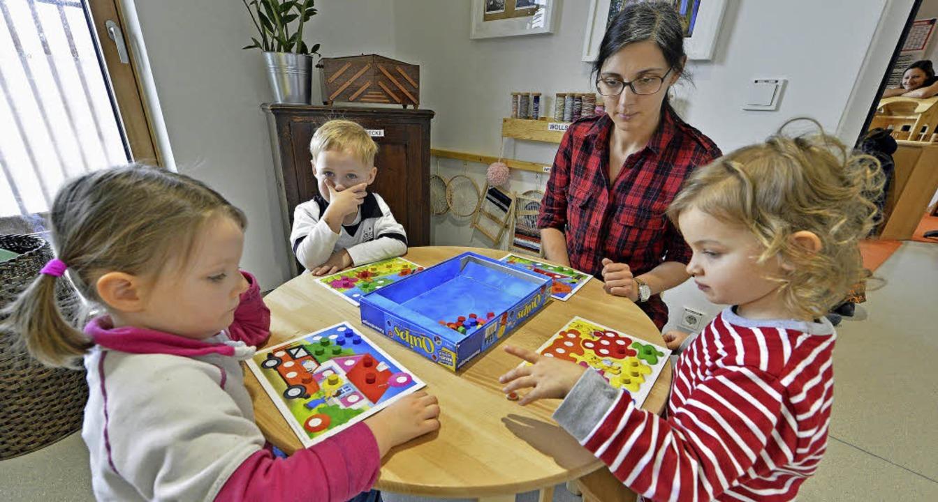 Erzieherin Serpil Weigel spielt mit Elias, Finja-Sophia und Lina ein Brettspiel.  | Foto: Michael Bamberger