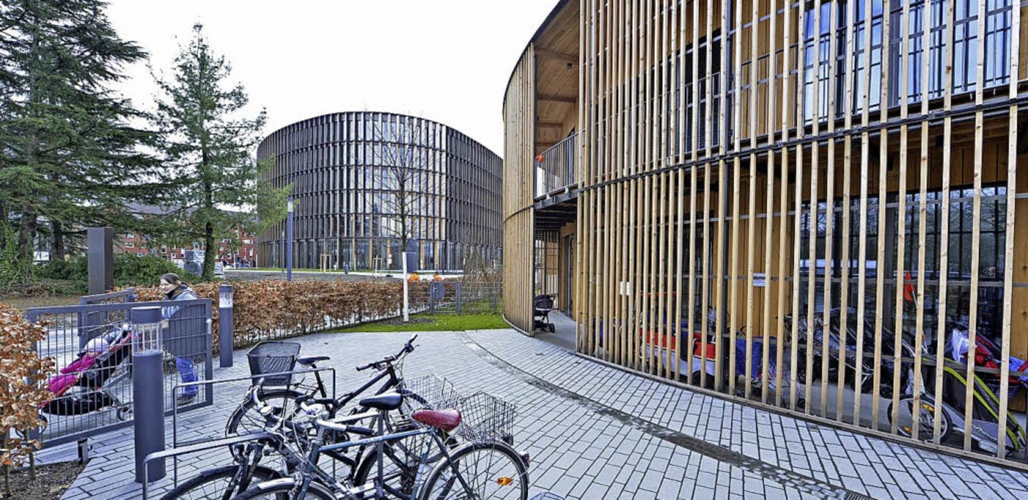 Die Kita (rechts) liegt in unmittelbarer Nähe des neuen Rathauses.    Foto: Michael Bamberger