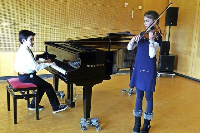 Alexandru Duchaussoy und Sarah Böhme üben für den Landeswettbewerb