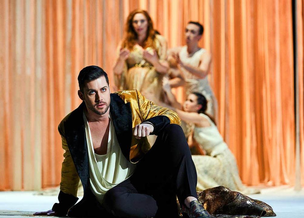 Goldbemantelt: Ruggiero (David Hansen, vorn), Alcina (Layla Claire, hinten)  | Foto: dpa