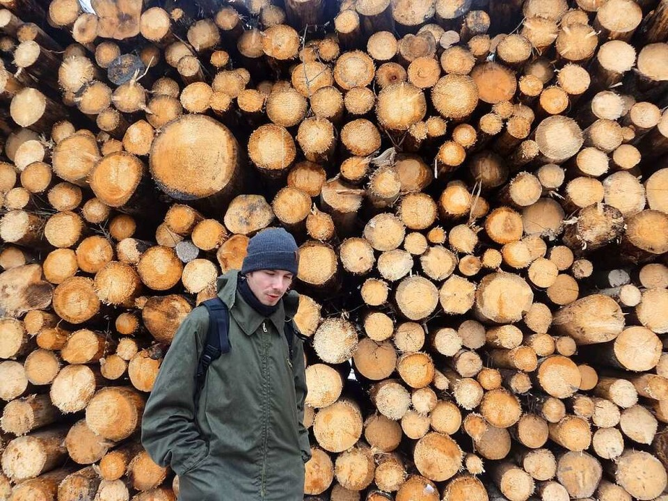 Ein Umweltschützer steht vor einer Wan...er Wald unter besonderem Schutz steht.  | Foto: dpa