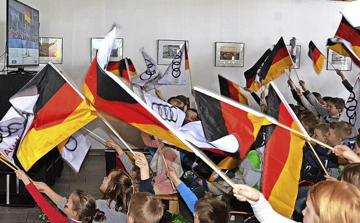 Helle Aufregung: Während  Johannes Ryd...s  Foyer der Festhalle zum Fahnenmeer.  | Foto: Johannes Bachmann
