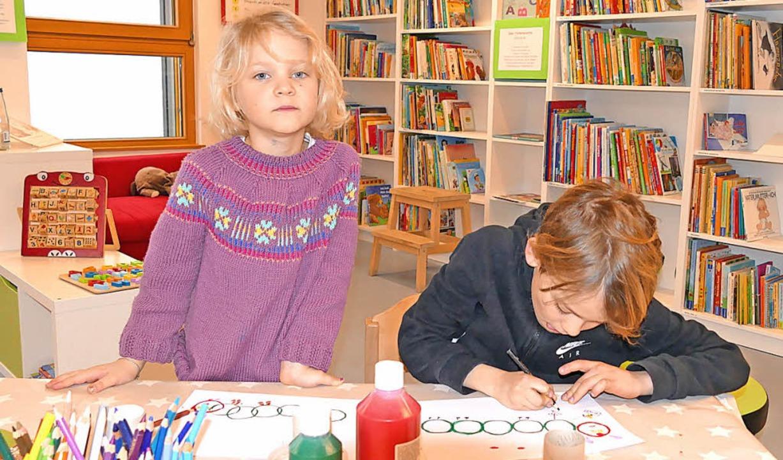 Durch sich selbst und ihre Kunstwerke machen die  Kinder die Kita bunt.  | Foto: Elena Bischoff