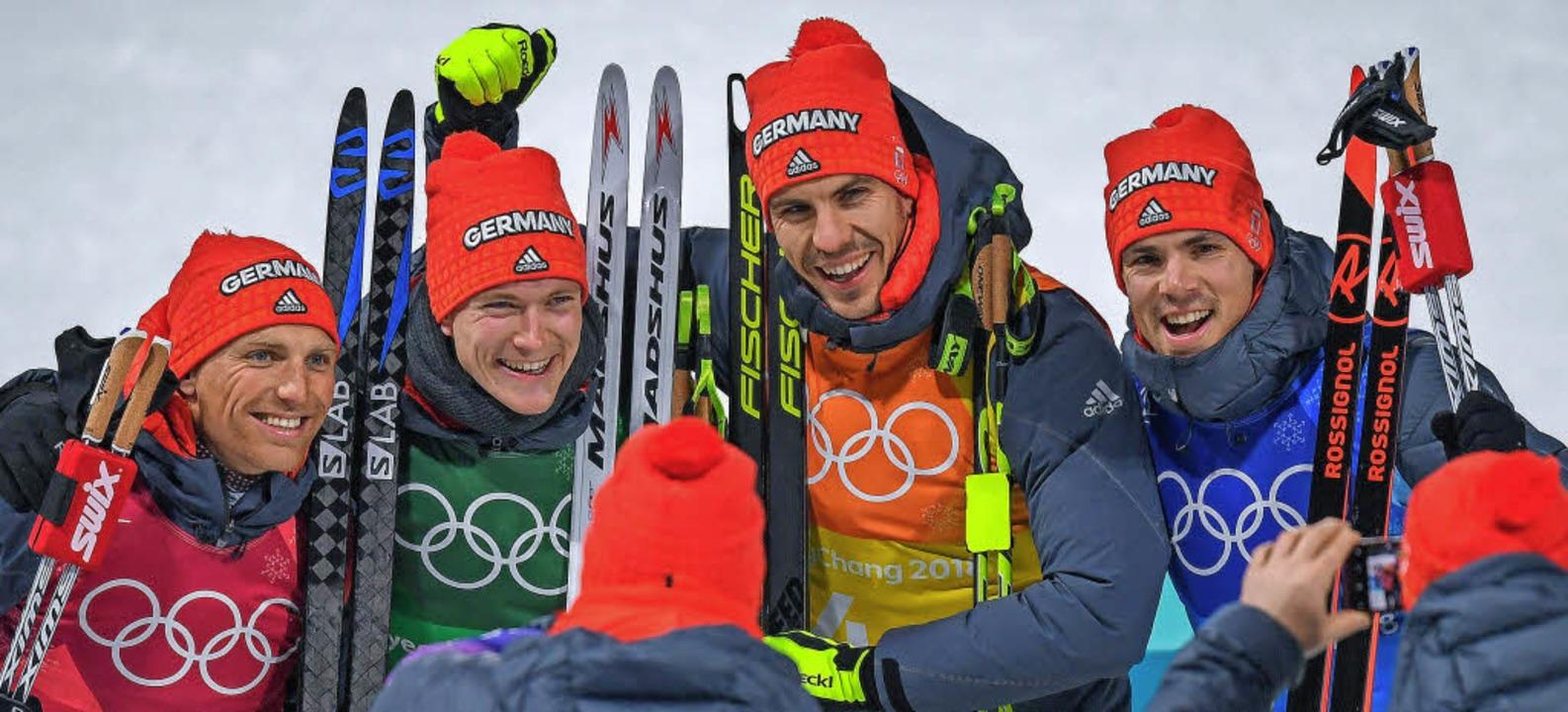 Erik Lesser, Benedikt Doll, Arnd Peiff...freuen sich  über die Bronzemedaille.     Foto: dpa/AFP