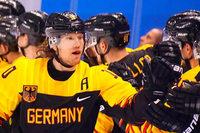 Eishockey-Spieler Ehrhoff trägt deutsche Fahne bei der Schlussfeier