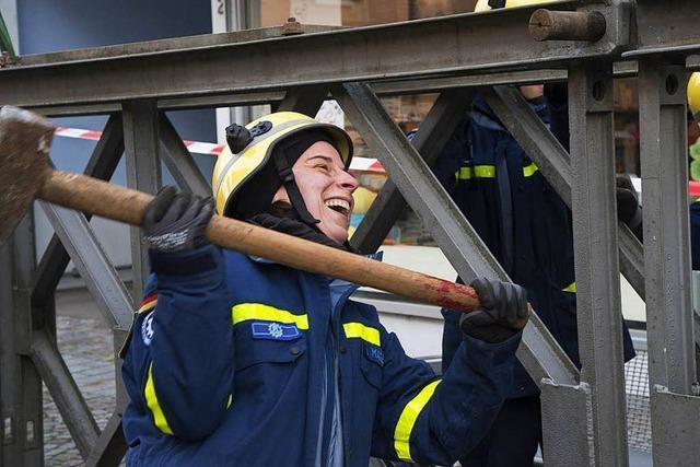 THW lässt Brücke schweben – Behelfskonstruktion in Bad Krozingen installiert