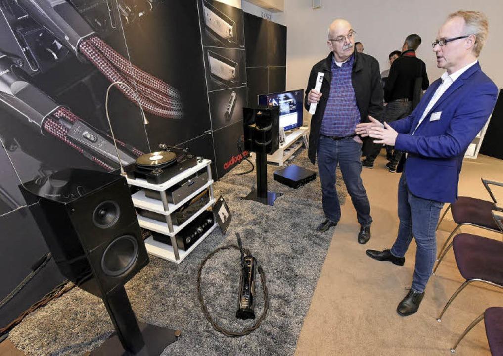 Björn Johannsen (rechts), Projektmanag...euen Lautsprecher seines Unternehmens.  | Foto: Thomas Kunz