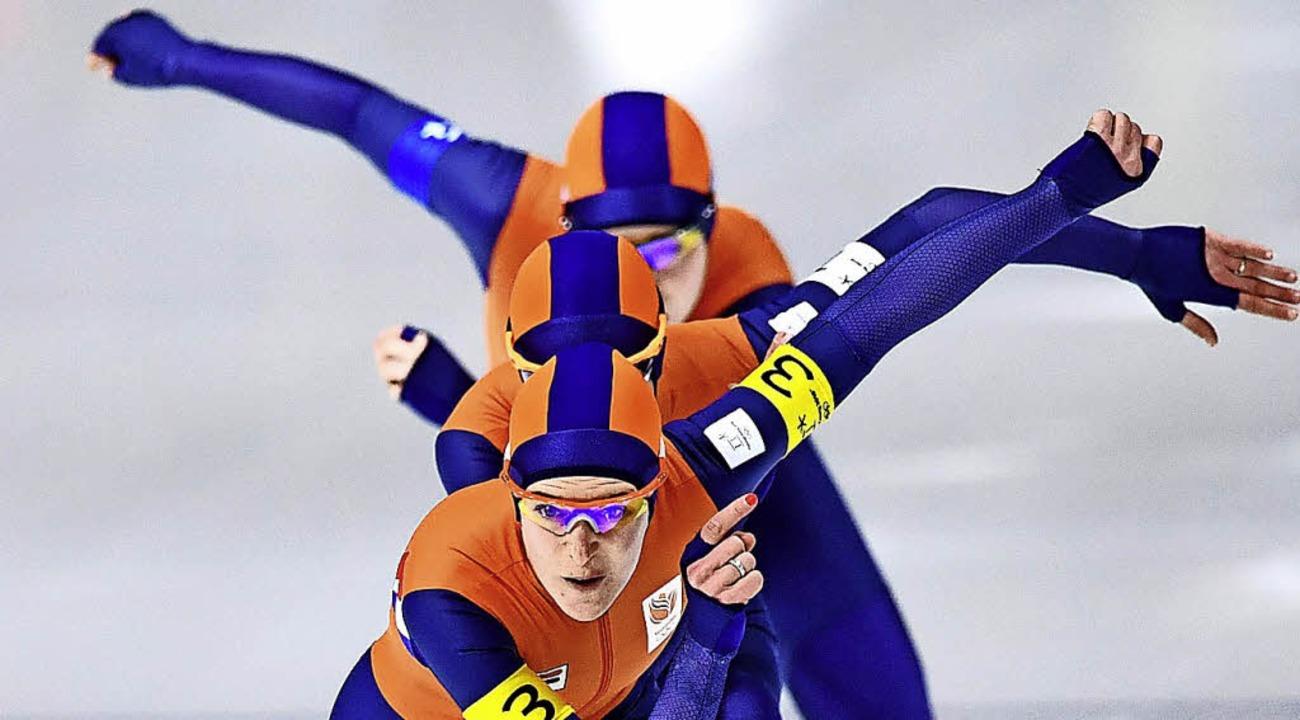 Ireen Wüst (vorn), Niederlande, holte Gold und Silber.  | Foto: AFP