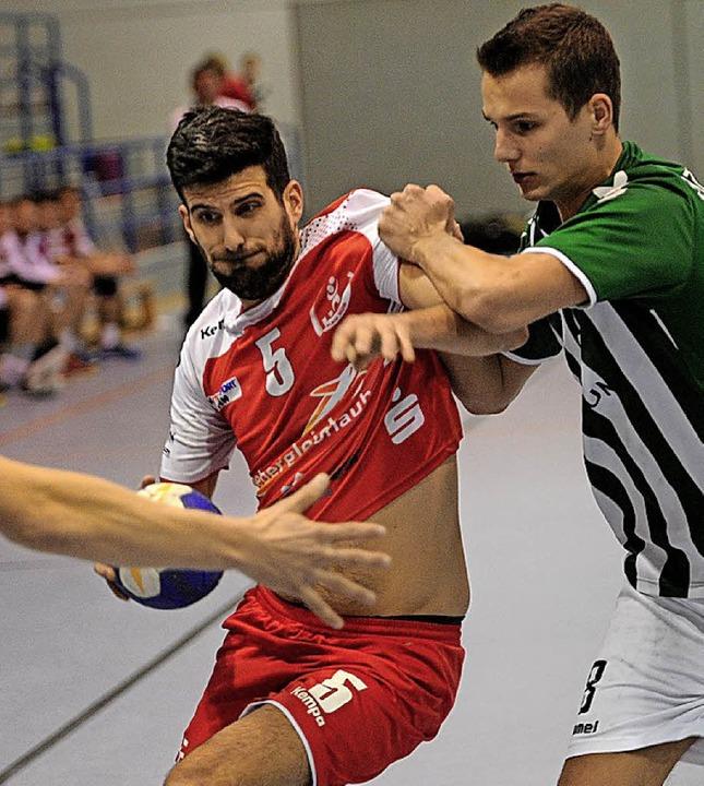 Marco Kloos (am Ball) warf acht Tore für die  HSG.   | Foto:  Büro Schaller