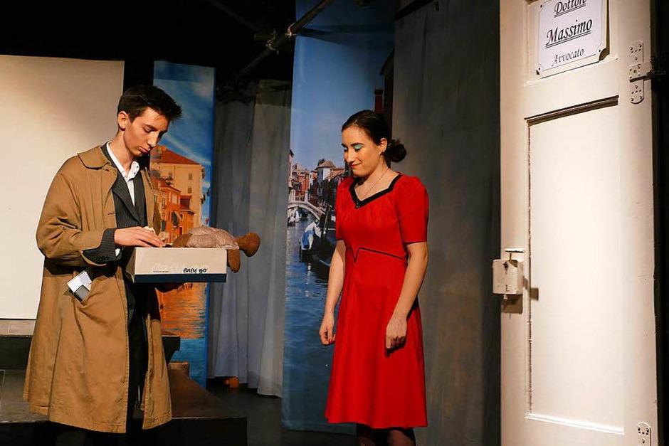 Der Detektiv klingelt bei der Kinobesitzerin. (Foto: Sylvia Sredniawa)
