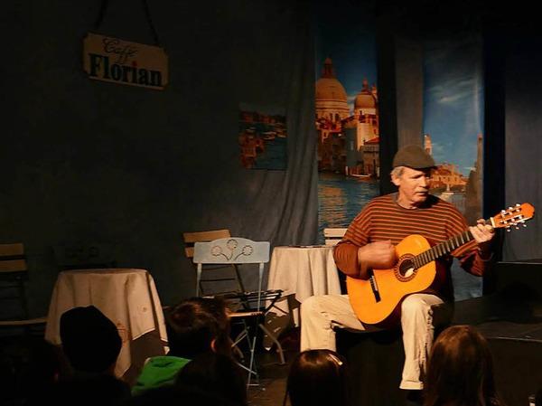 Eberhard Jäckle spielt Straßenmusik.