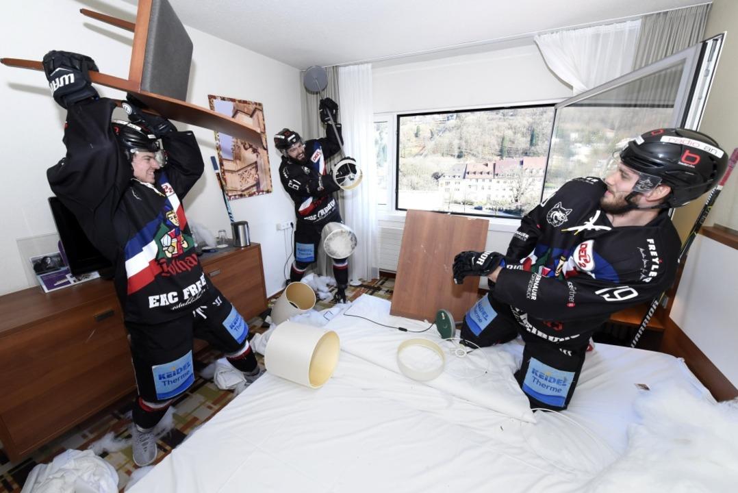 Spaß am Zerstören: EHC-Spieler Maly, Airich, Saccomani   | Foto: Thomas Kunz