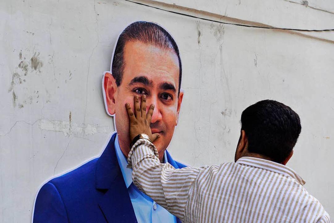 Nirav Modi ist einer der bekanntesten ...e Hand auf das Konterfei des Händlers.  | Foto: CHANDAN KHANNA