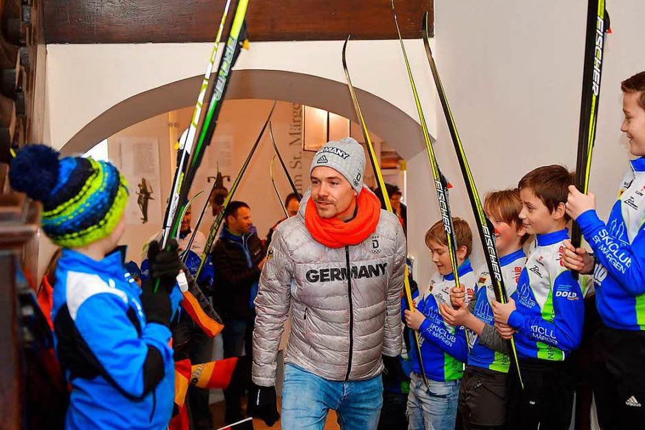 Fabian Rießle kommt die Treppe zum Kapitelsaal im Klostermuseum hinauf. (Foto: Wolfgang Scheu)