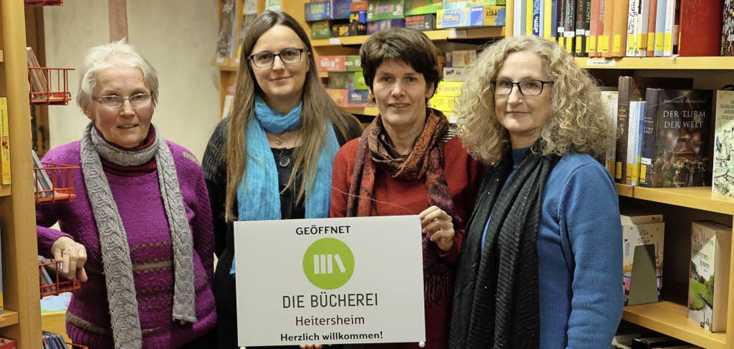 Monika Allkemper, Diana Kanstinger, Ma... Bücherei präsentieren das neue Logo. | Foto: Martin Pfefferle