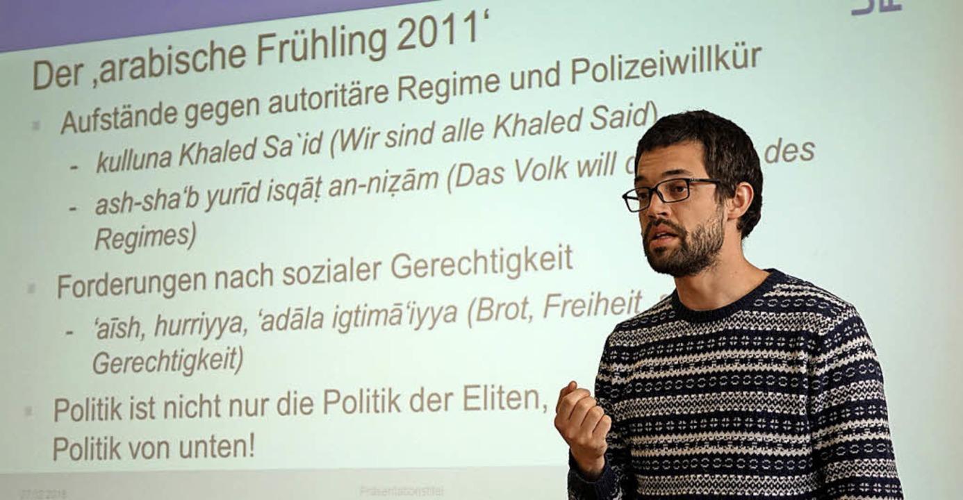 Benjamin Schütze  erzählt den Schülern...Antiterror-Trainingslager erlebt hat.   | Foto: Katrin Dorfs
