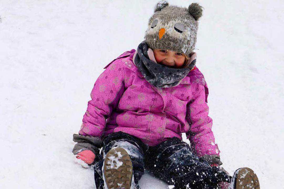 Nora nutzt die kalte Pracht als Rutschbahn.  | Foto: Tanja Bury