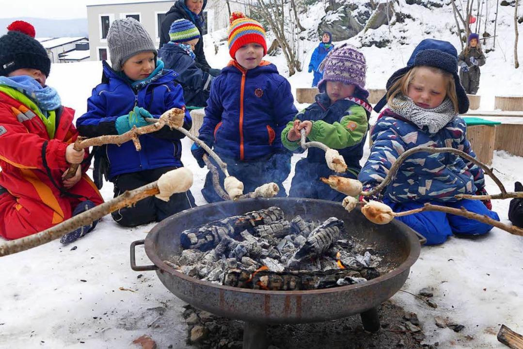 Eiskaltes Vergnügen: Stockbrotbacken im Schnee.   | Foto: Tanja Bury