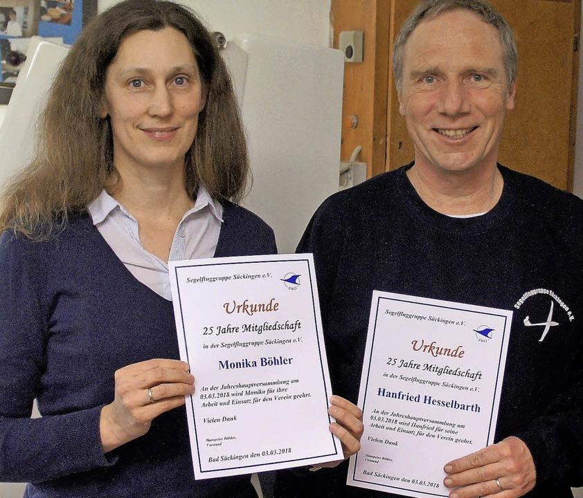 Monika Böhler und Hanfried Hesselbarth...mit einer Ehrenurkunde ausgezeichnet.   | Foto: Reinhard Herbrig