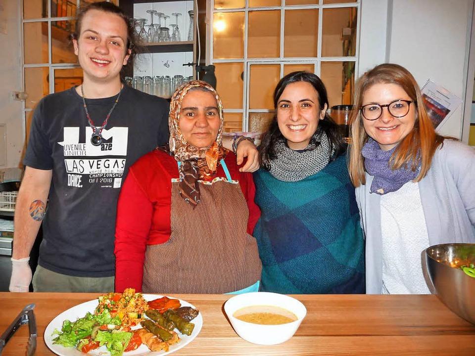 Freuen sich auf die türkische Mahlzeit...t Köchin Zeynep Demir in ihrer Mitte.   | Foto: Fotos: tja