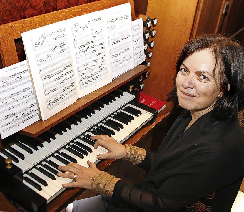 Die Schweizer Organistin Irene Roth-Halter an der Albiez-Orgel   | Foto: Heidi Fössel