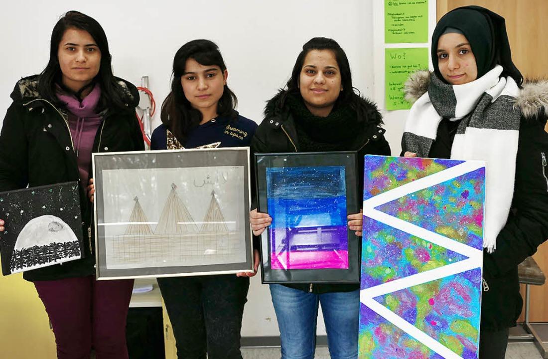 """Kunsttherapeutische Projekt """"Bil...e Teilnehmerinnen  zeigen ihre Werke.     Foto: Jasmin Bergmann"""