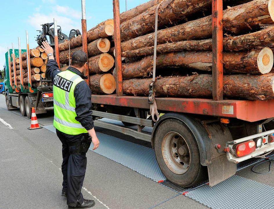 Überladene Holztransporter – die...sten einen Teil ihrer Stämme abladen.     Foto: Symbolbild von dpa