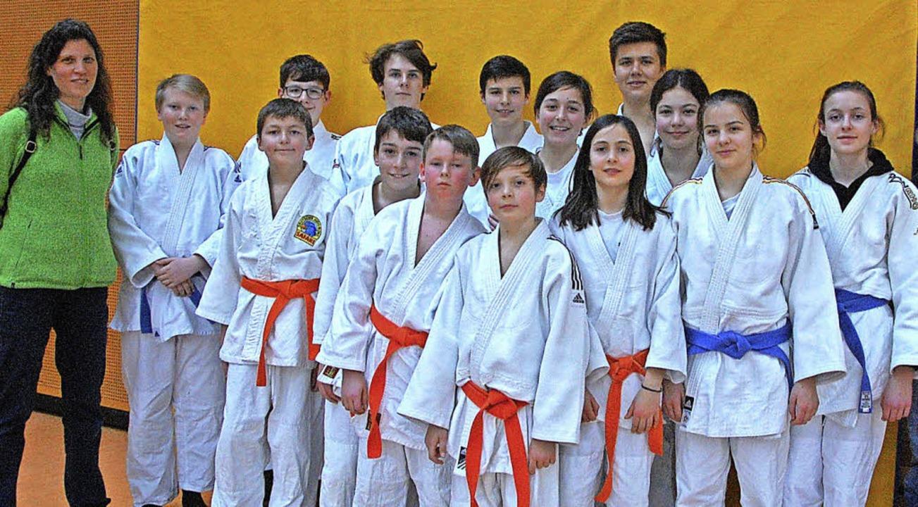 Kant-Lehrerin Ute Hüffmann mit ihren erfolgreichen Judoka   | Foto: Frey