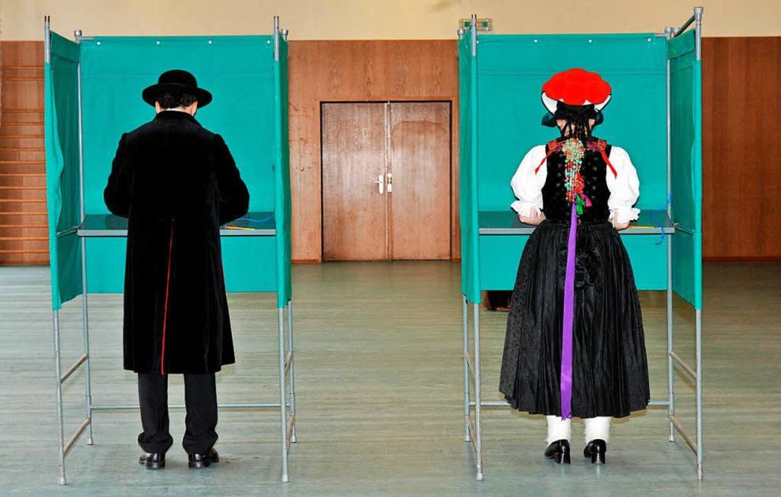 Seit hundert Jahren dürfen auch Frauen wählen gehen.   | Foto: dpa