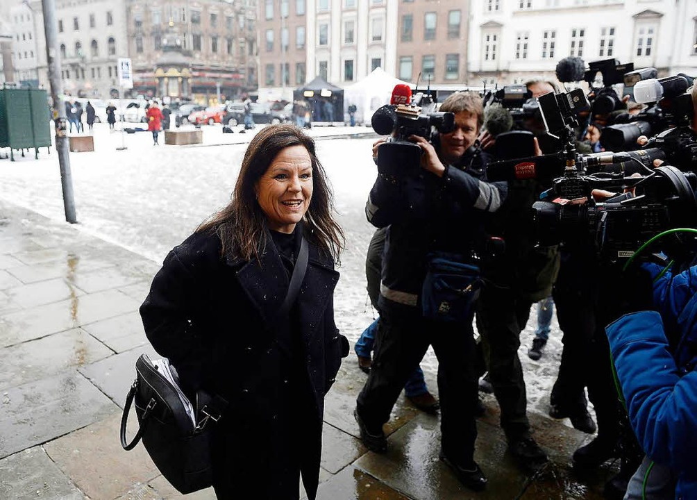 Die Verteidigerin Betina Hald Engmark,... an dem Kopenhagener Stadtgericht ein.  | Foto: dpa