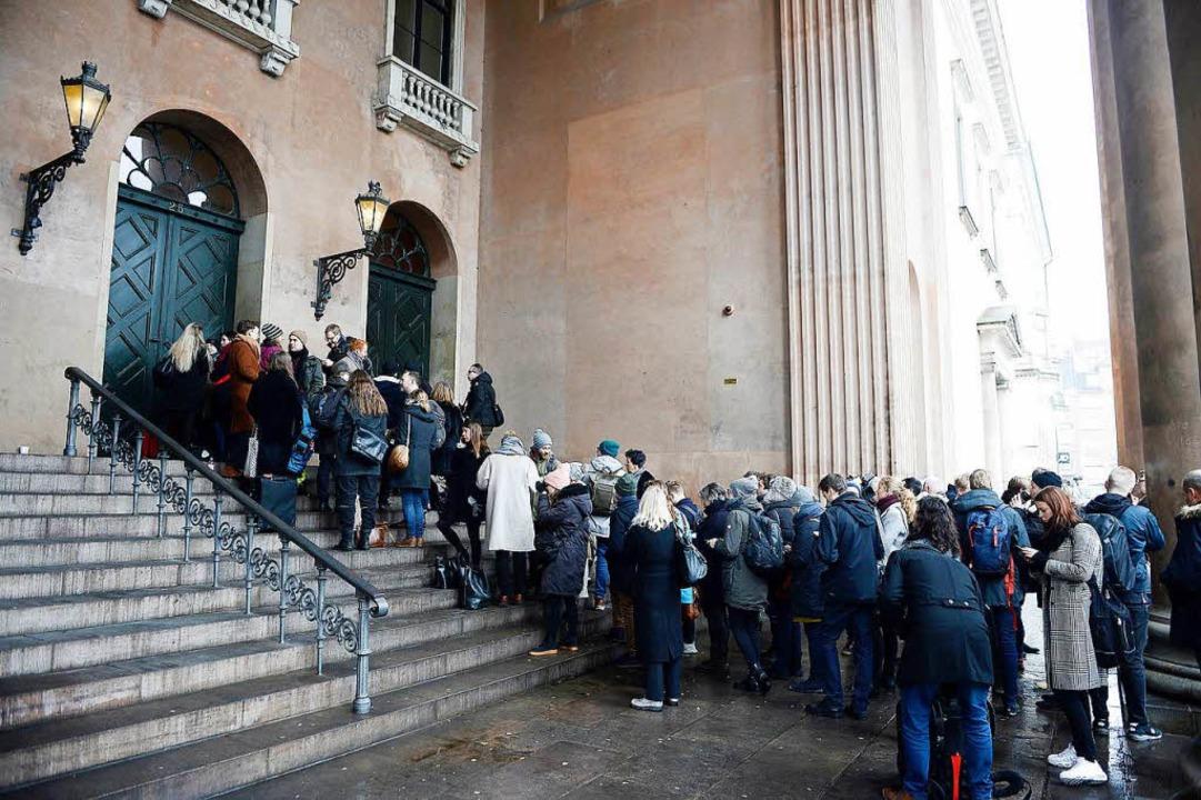 Medienvertreter stehen vor dem Gericht...-Prozess gegen dänischen U-Boot-Bauer.  | Foto: dpa