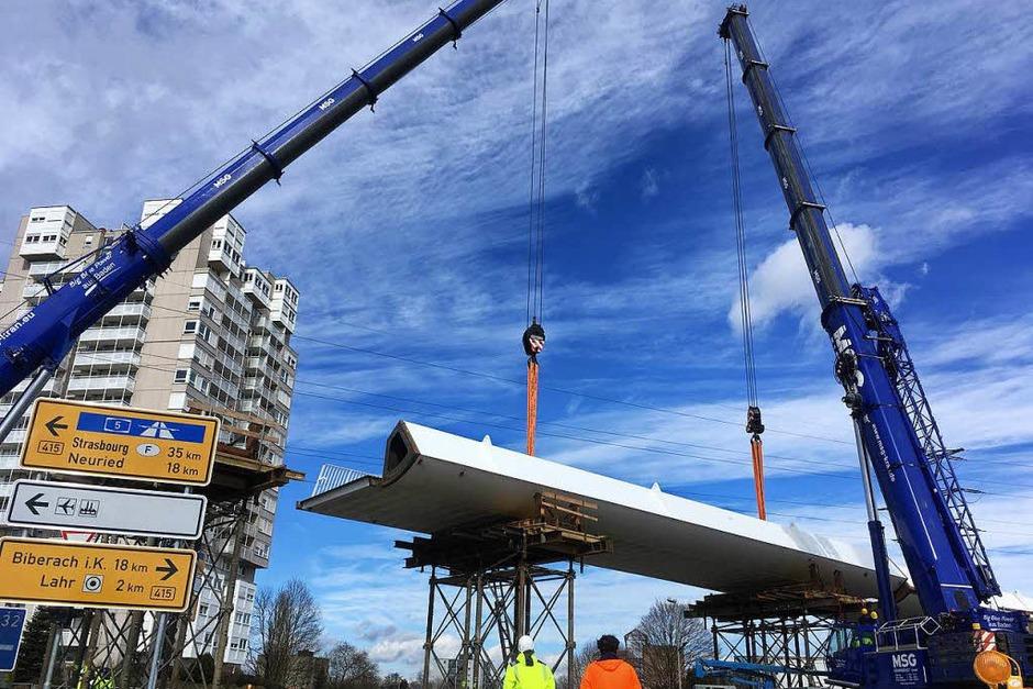Die Stahlbauteile wurden per Schwertransport aus Stemwede geliefert. Auf der Baustelle an der Bundesstraße können sie jetzt montiert werden. (Foto: Mark Alexander)