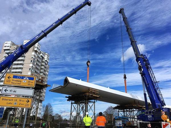 Die Stahlbauteile wurden per Schwertransport aus Stemwede geliefert. Auf der Baustelle an der Bundesstraße können sie jetzt montiert werden.
