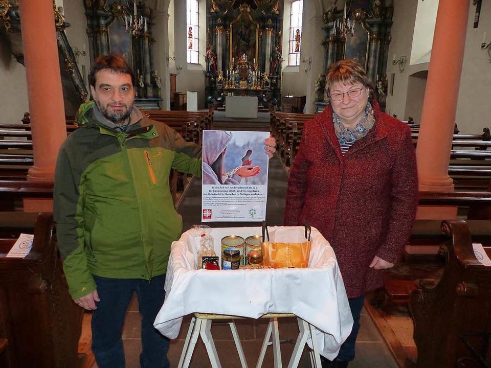 Norbert Baum, und Rita Fürderer hoffen...in Holzhausen mit Lebensmitteln füllt.    Foto: Claudia Bachmann-Goronzy