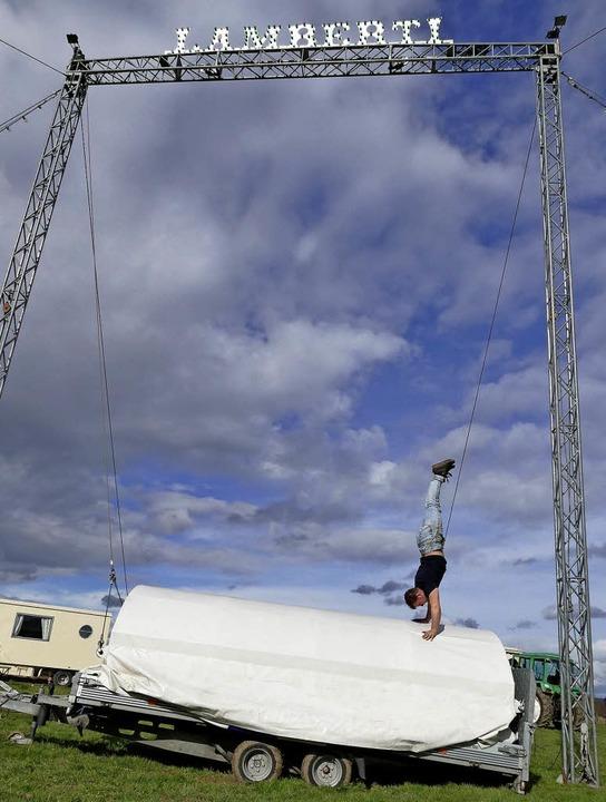 Leonardo Zinnecker gibt eine kleine Artisteneinlage beim Zeltaufbau.  | Foto: Viola Vetter