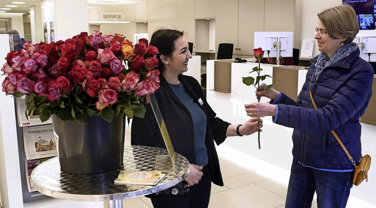 Für sie soll's rote Rosen regnen...der BZ-Geschäftsstelle am Martinstor.   | Foto: Thomas Kunz