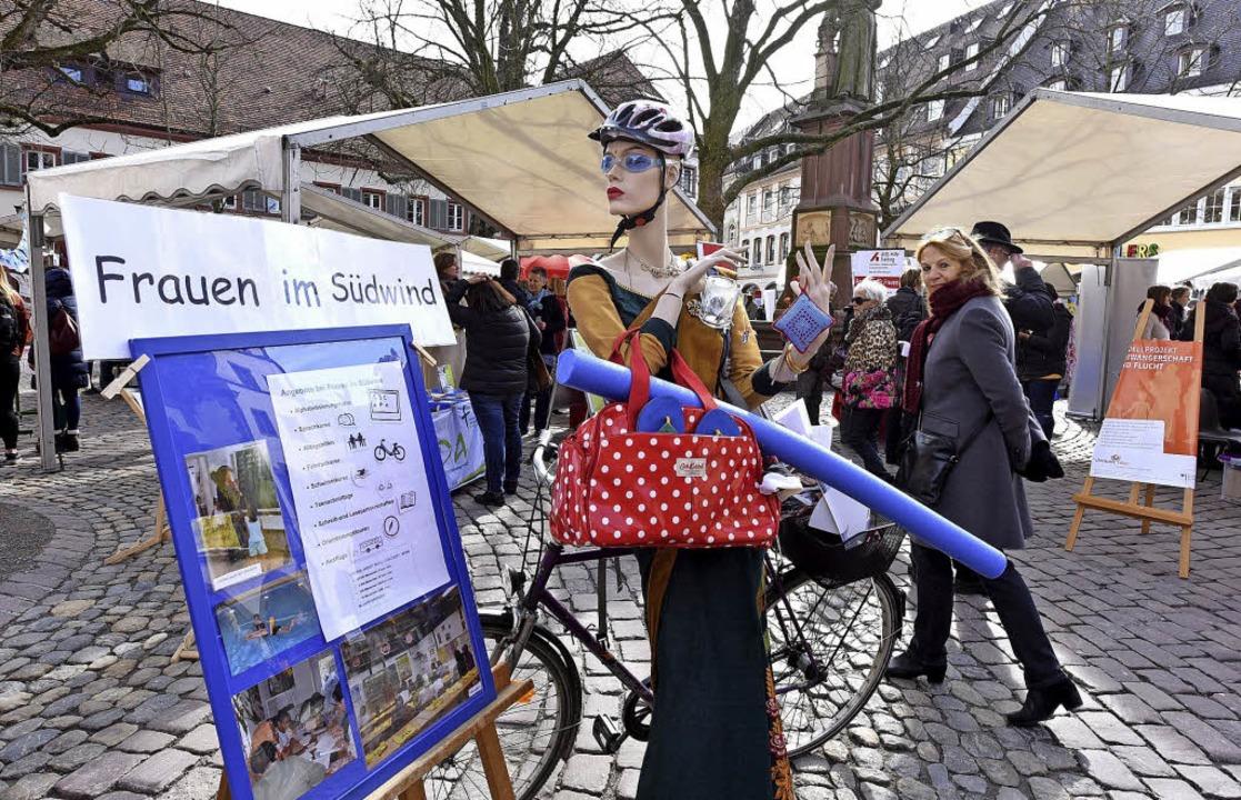 Frauen, Fakten, Fahrräder: Bunt und le...en Frauentag auf dem Rathausplatz zu.   | Foto: Rita Eggstein