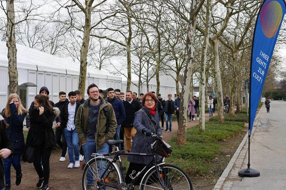 Jugendliche informieren sich auf der Lörracher Bildungsmesse Cult. (Foto: Jannik Jürgens)