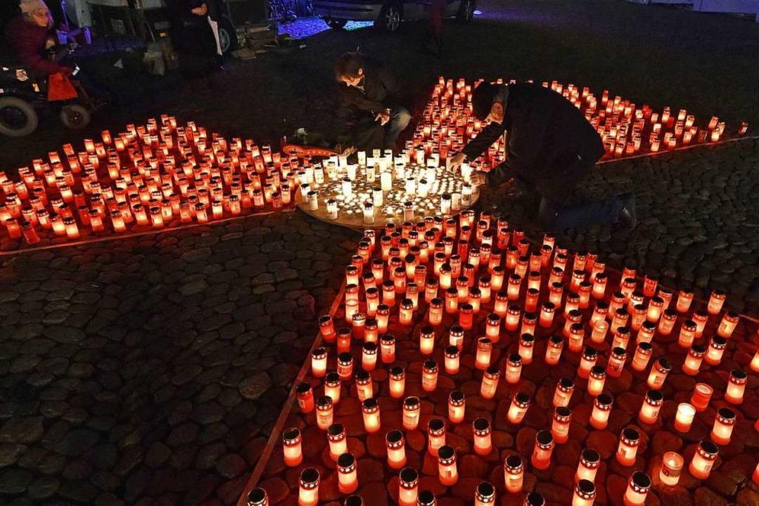 Das Atomzeichen war Symbol der Mahnwache mit Kerzen.  | Foto: Michael Bamberger