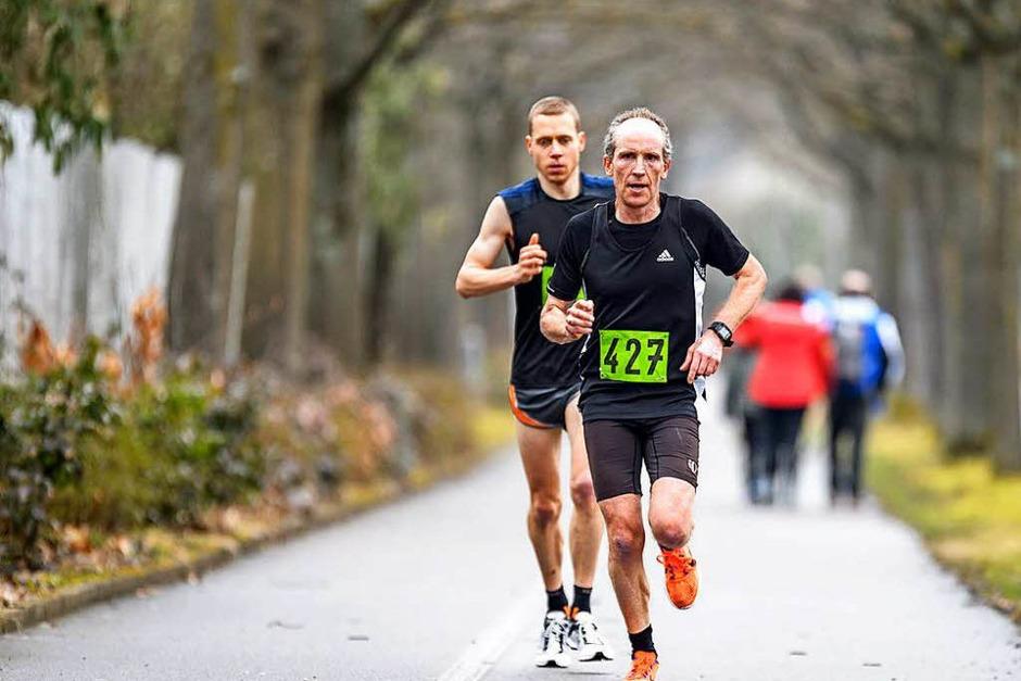 Auf der Strecke lag Hanspeter Scherr zwischenzeitlich vor Adrian Probst. Den Halbmarathon gewinnt am Ende jedoch Probst vor Scherr. (Foto: Gerd Gruendl)