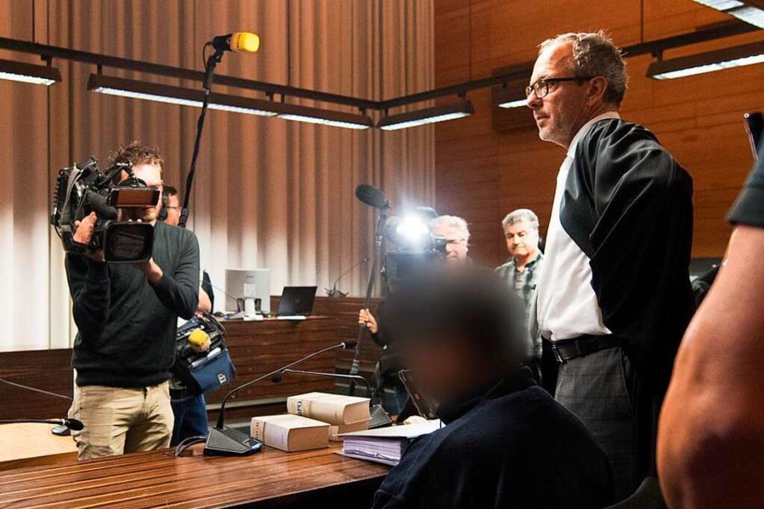Sebastian Glathe mit seinem Mandanten im Landgericht Freiburg.  | Foto: dpa
