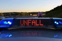 Betrunkener Lkw-Fahrer gerät in Gegenverkehr und rammt Leitpfosten um